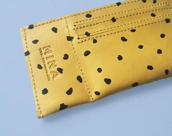 TARJETERO de PIEL - Tarjetero Amarillo - con print de manchas en color negro