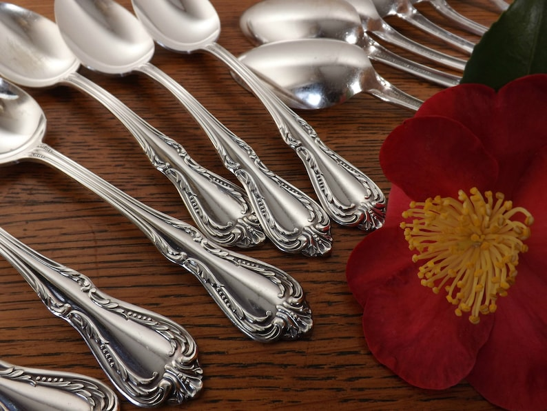 12 cuillères à soupe  Calice/Harmony/Jasmine - Wm. A. Rogers - Oneida Ltd. - Silver Plate  1958 - Oval Bowl Soup Spoons