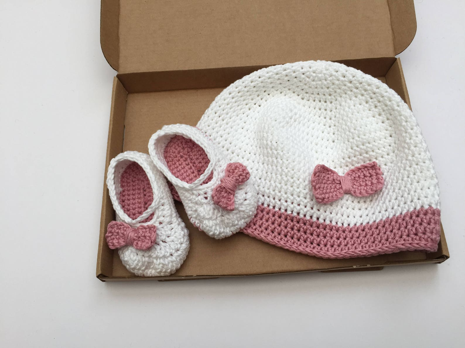 baby hat and bootie set / girls ballet shoes / baby bow pumps / baby shoes / crochet booties / white and pink baby hat / pink bo