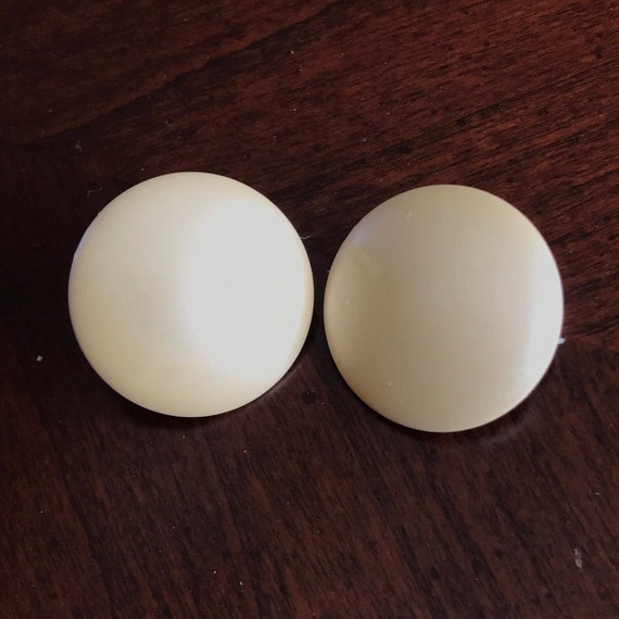 White Plastic Disk Button Clip On Earrings, 1950s… - image 1