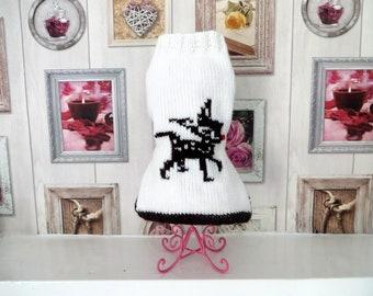 Hundebekleidung, Hund Pullover Hand gestrickt in Aran-weiß mit einem Rentier mit roter Nase. Größen (s - xl) passen