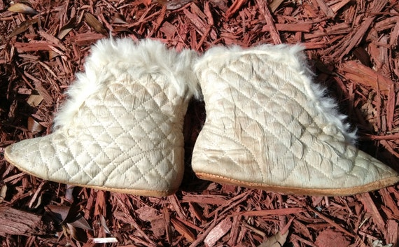 1920's Baby Boots Antique Off White Quilted Satin Fur Lined Baby Shoes #sophieladydeparis