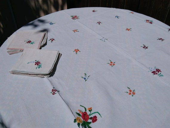 Antique Tablecloth and Napkins French Linen Tablecloth Off White Fabric Flowers Hand Embroidered Matching Napkins #sophieladydeparis