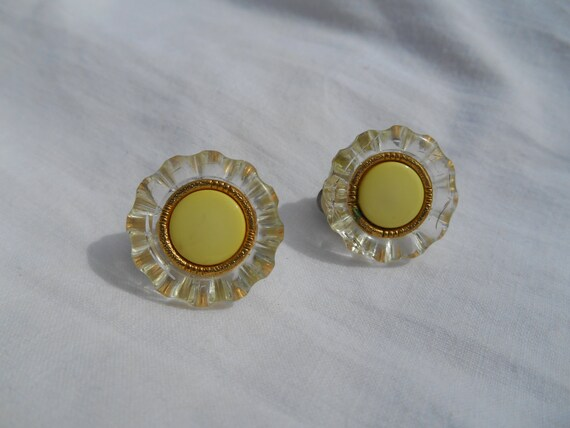 60's Clips Clear Yellow Daisy Clip Earrings French Retro Mod Floral Clips Yellow Metallic Enamel Heart with Gold ring #sophieladydeparis