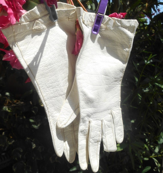 "White French Leather Gloves Vintage 60's Off White Gloves Bow Design Small Size 6.5"" #sophieladydeparis"