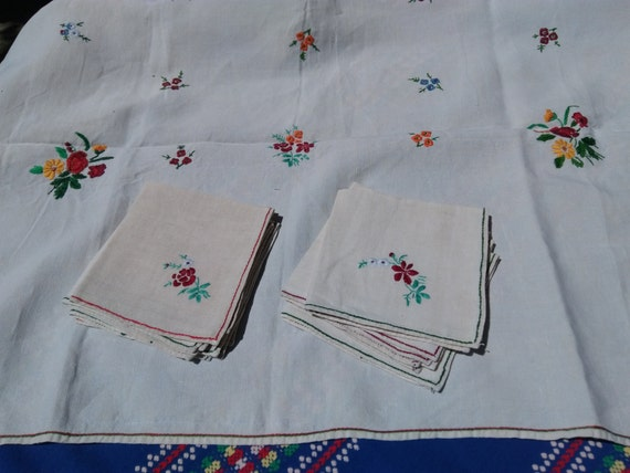 Antique French Linen Tablecloth Off White Fabric Flowers Hand Embroidered Matching Napkins #sophieladydeparis