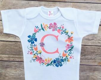 Bébé fille à venir maison tenue, Body fille bébé personnalisé, cadeau de shower de bébé filles, filles monogram dessus, couronne de fleurs, boho vêtements de bébé