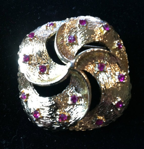 Day VINTAGE CORO Brooch with Fusia Rhinestones    1-3/4 x1-3/4