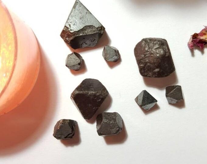 Magnetite octahedron from Yinetharra, Australia - Rare crystals - Grounding