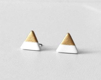 BLANC & or trempé Triangle boucles d'oreille / Simple lumière portant, bout d'or Triangles, petit Triangle d'or boucles d'oreilles, Triangle délicates boucles d'oreilles