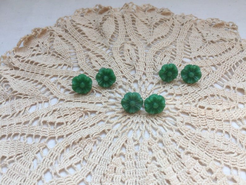Flower button earrings Upcycled buttongs Green Flower earrings Stud Earrings Handmade from Vintage Buttons Post back closure