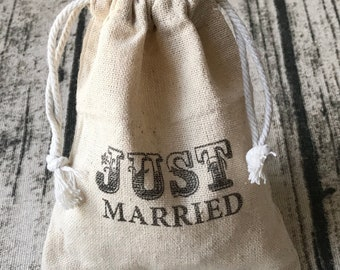 12x Vintage Just Married Linen Bags • Wedding Favour Bags • Wedding Gift Bags • Country Wedding Rustic Wedding Favors and Favor Bags