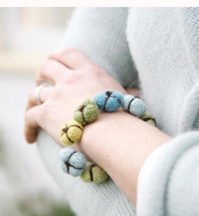 Blooms Bracelet  LEARN TO FELT Knitting Pattern image 0