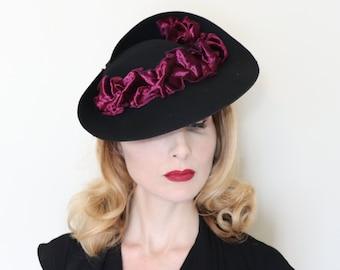 eaad969c048af Vintage 1930s hat   Late 30s tilt hat   Black felt   Fuchsia velvet ribbons    Sculpted brim