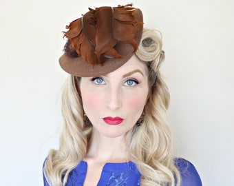 Vintage 1940s Hat / Tilt Hat / Feathers and Bows / Early 40s hat