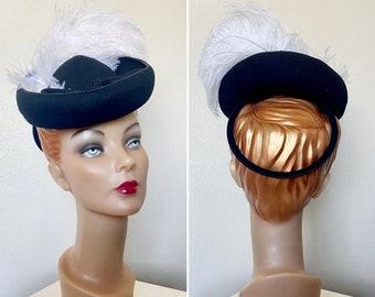 Vintage 1940s hat / 40s perch hat / black felt / O ring back / Cream feathers / Pretty