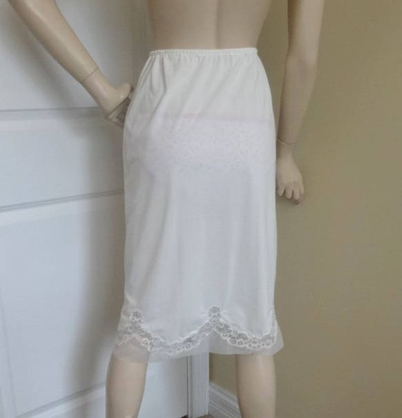 eb405d47e5789 Années 1960 jupon long en Nylon blanc avec dentelle festonnée