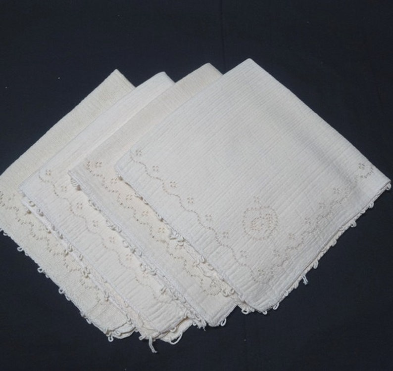 Ivory with Lace Apple Corner Set of 4 Woven Dinner Napkins Picots Home Decorating 16 Inches Square Vintage 1970s Table Linens