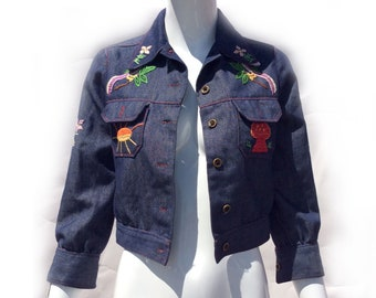 Vintage 70s Boho Dark Denim Cropped Jacket with Hippie Embroidery of Mushrooms, Parrots, Sunshine and Palm Tree size Small