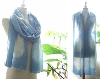 Echarpe en coton bio avec des lunes blanches, teinture végétale indigo  pastel naturel, étole longue avec phases de la lune, cadeau pour elle 32f7c618eea6