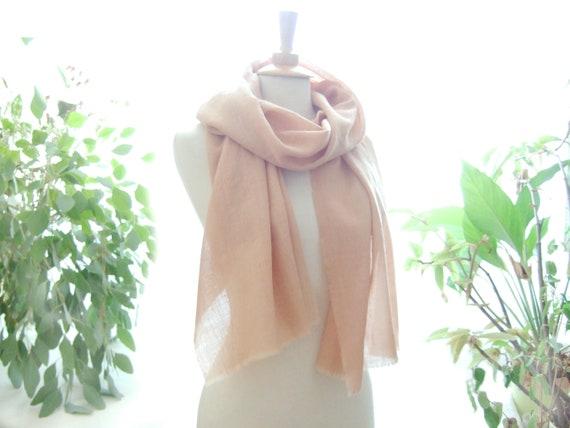 Echarpe en laine fine nude beige rosé teinture végétale   Etsy 2d17bdb7c34