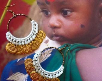 Créoles ethniques Indiennes gipsy oversize, Boucles d'oreilles anneaux XL hindou, sequins, couleur bleu ciel, bijoux de créateur, Fujigirls