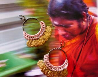 Créoles ethniques Indiennes gipsy oversize, Boucles d'oreilles anneaux XL hindou, sequins, couleur vieux rose, bijoux de créateur, Fujigirls