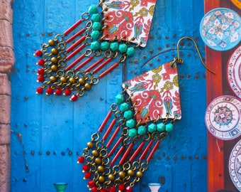 Longues boucles d'oreilles chandelier bohème gipsy rouge et turquoise, bijoux ethniques esprit roulotte, boho gitane, tsigane, Fujigirls