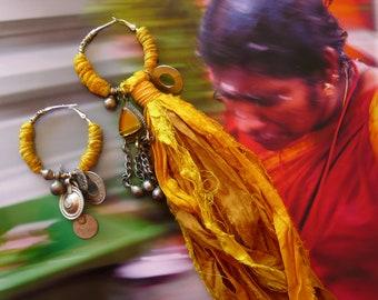 Créoles tribales asymétriques en soie, Boucles d'oreilles anneaux nomades sari, bijoux recyclés, style hindou, Hippie chic, Inde, Fujigirls