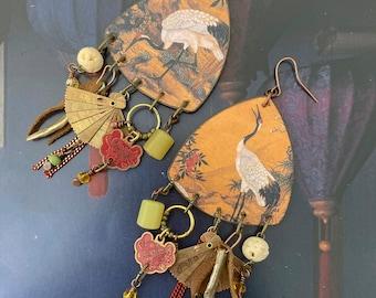 Boucles d'oreilles grues Japonaises de style vintage, Pendentif artisanal asiatique, look rustique, perles de culture, éventail, jade, os