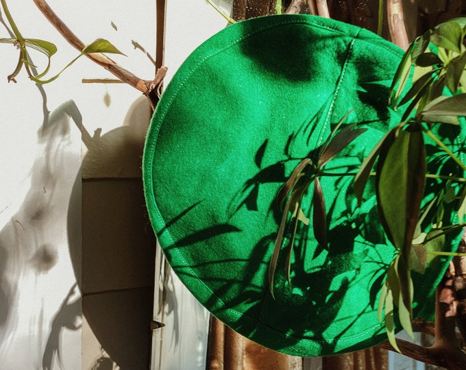 60s green wool beret // vintage hat cap kelly green // retro style accessories