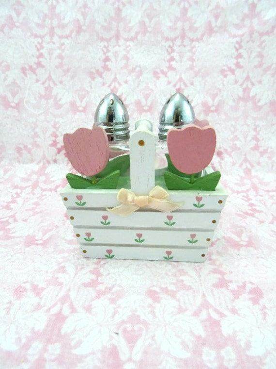 Enesco 1985 Wooden Flower Basket Glass Salt and Pepper Shaker Set Country Kitchen Yellow Tulips