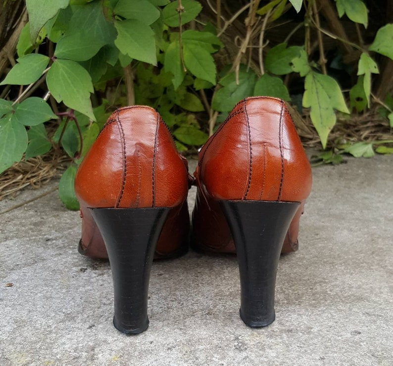 UK Size 4-4.5. Vintage 1940/'s Russell and Bromley High Heel Court Shoe with Fringe