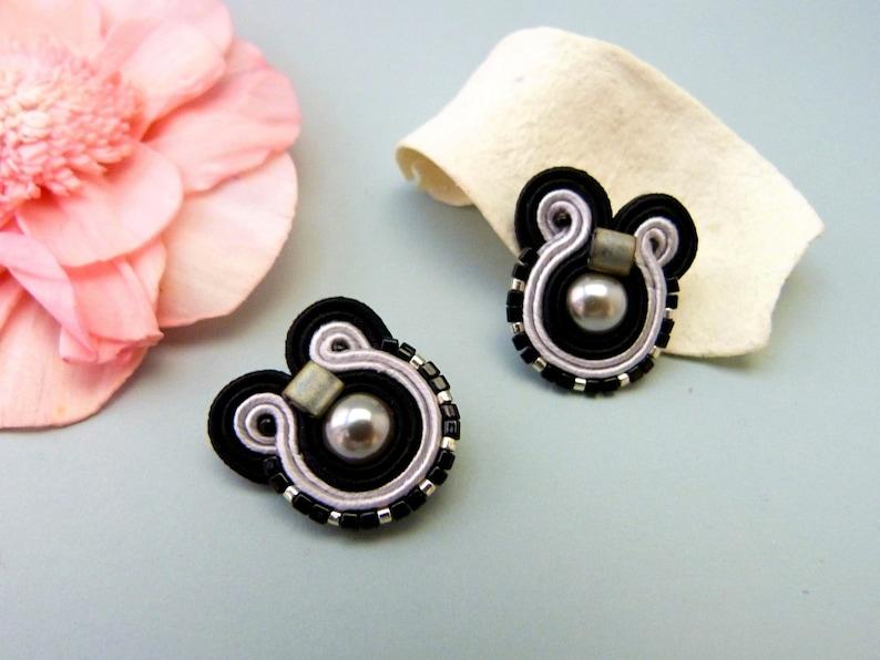 6934b1cc2e4d Pendientes botón minimalistas negros y plata. Regalo original