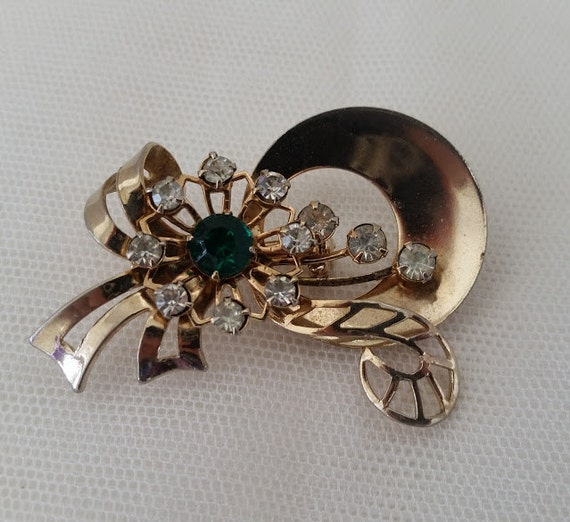 Vintage Flower Brooch. Vintage Flower Brooch with Emerald Green Center Stone and Clear Rhinestones.  Retro 1960's Flower Pin. Gold Tone