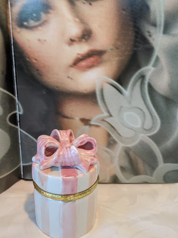 Vintage Hermitage Pottery Jewelry Box. Pink and White Stripe and Bow Ceramic Hinged Jewelry Box. Ceramic Gift Box
