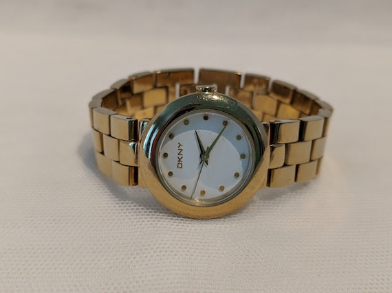 Vintage DKNY Women's Watch. DKNY Gold Tone Wrist Watch. Gold Tone, Round Face DKNY Wrist Watch. Women's Wrist Watch