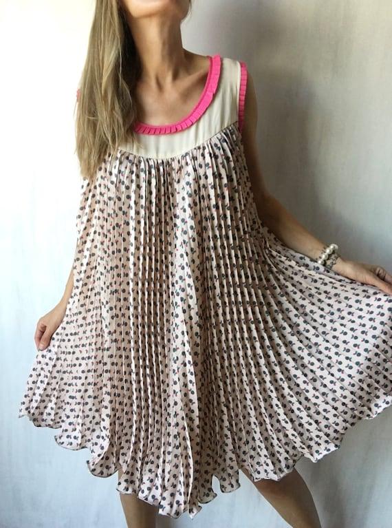 Vintage pleated oversized printed sleeveless dress