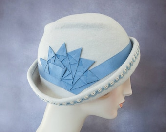Freeform Wool Cloche. Alabaster Flapper Hat with Blue Ribbon Cockade and Vintage Tatted Trim. Pale Gray Felt Hat. 1920s Style Millinery.