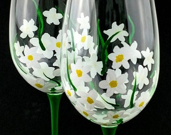 Hand Painted White Flower Wine Glasses Summer Wine Glass Gift for Her Gift for Mom Mothers Day Gift Personalized Spring Wine Glasses