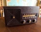 Vintage Art Deco 1950s EMERSON Model 659 AM Bakelite Tabletop 8-Tube Radio - Working Condition
