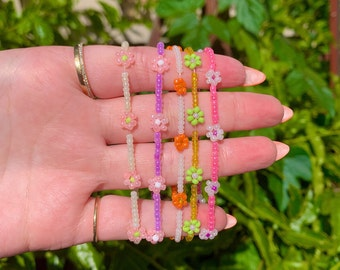 Hippie chic birthday gift for her. Daisy bracelet by Shrieking Violet\u00ae Sterling silver links bracelet with a real daisy