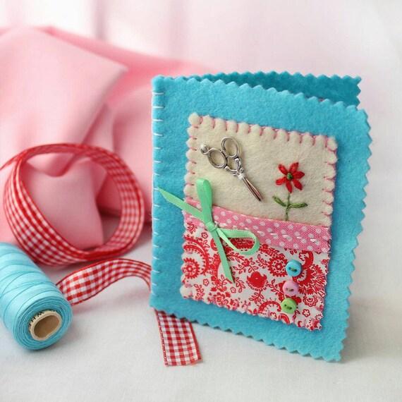 Étui à aiguilles de à couture, feutrine bleu livre à de l'aiguille avec un Design Floral Appliqued, couturière ou Quilter cadeau, accessoire de couture à la main 4dc1dc