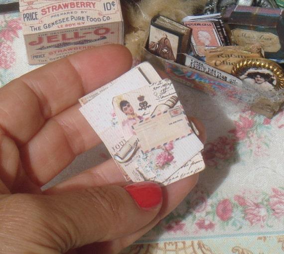 Maison de poupée pile de vieilles lettres et documents. 01:12 livres antiques miniatures pour maisons de poupées. Maison de poupée éphémères documents, lettres, vintage.