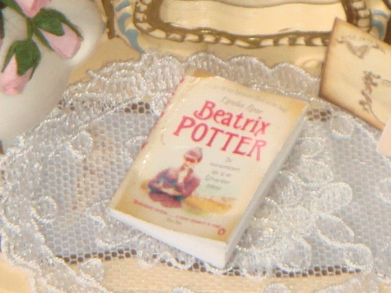 Livre ouvrant de Beatrix Potter maison de poupée. 01:12 livres miniatures et des Magazines pour roomboxes.