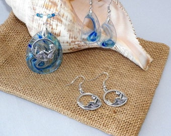 Calling all mermaid lovers, beautiful mermaid necklace with 2 sets of earrings on a sea of hand blown glass in ocean blues.