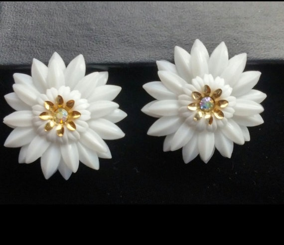 Coro White Daisy Earrings, Signed Coro Magic, Rare Magnetic Earrings, Trending Floral, 1960s Collectible Mid Century Vintage Jewelry