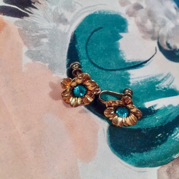 Pretty & Dainty  Little Coppery Goldtone Art Deco Flowers with Aqua Blue Rhinestone Centers Screw Back Earrings 30s or 40s