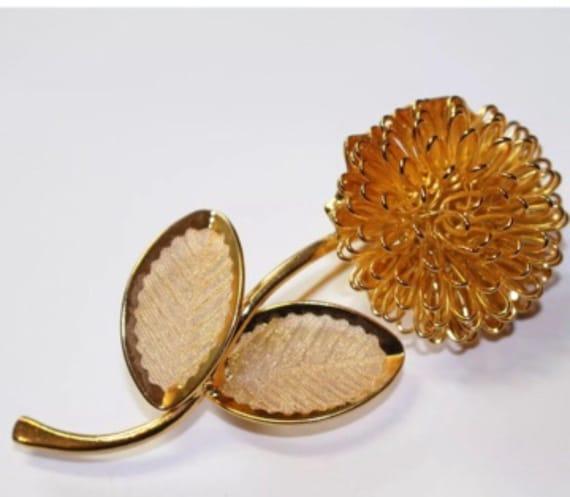 Perfectly Beautiful Elegant Goldtone Mid Century Modern Flower Booch Pin