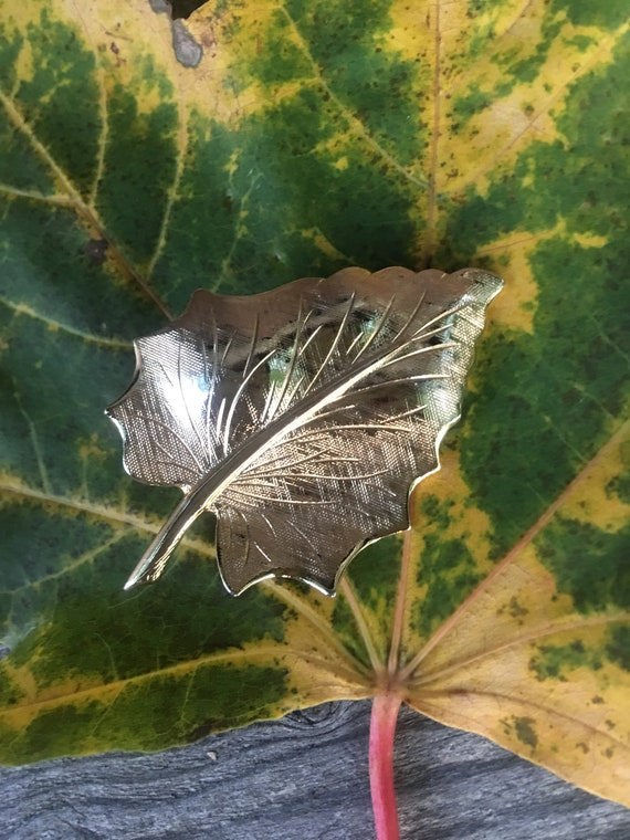 Shiny Vintage Goldtone Very Realistic Autumn Leaf Pin